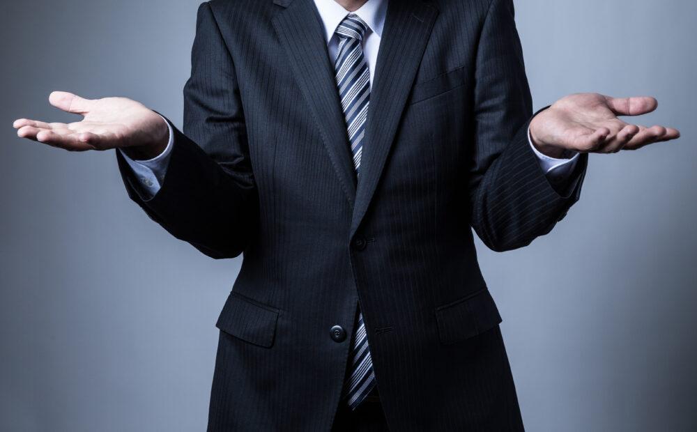 手を上げるビジネスマン
