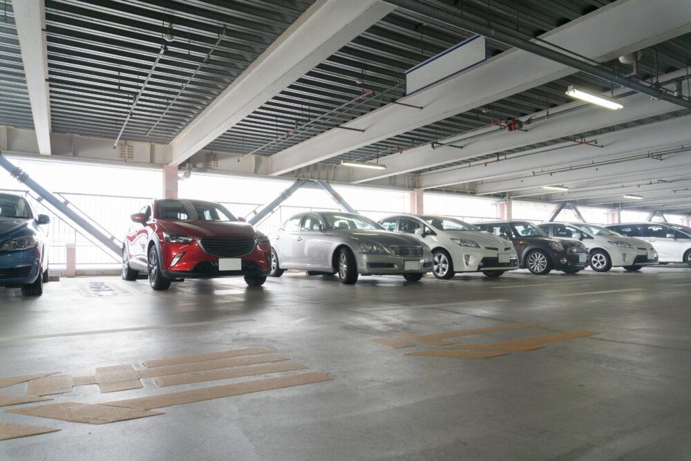 ビルの駐車場