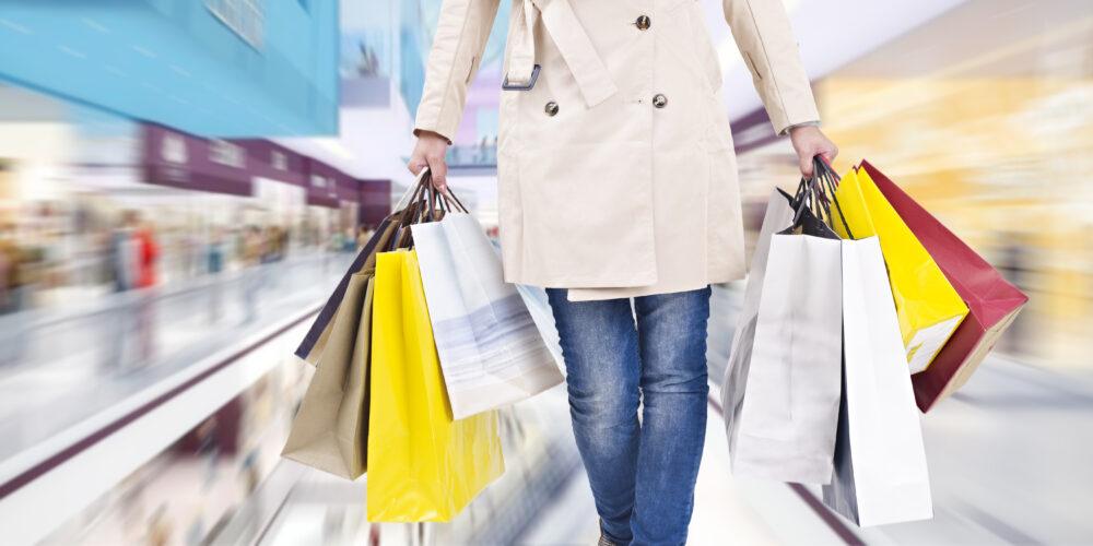 ショッピングバッグを手に持つ女性
