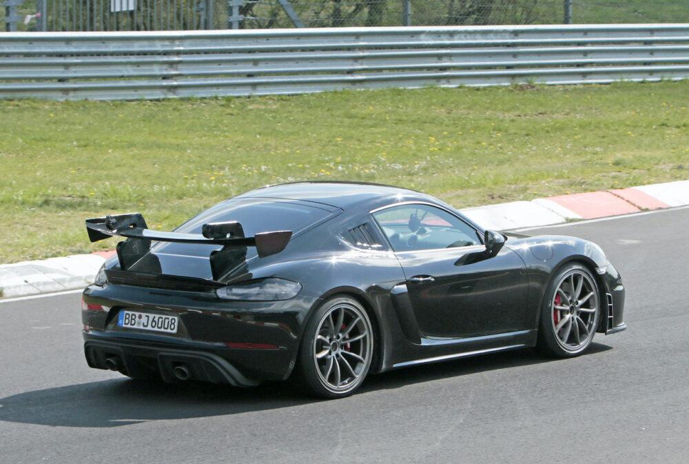 新型ポルシェ ケイマン GT4 RS プロトタイプ リアとボディサイド