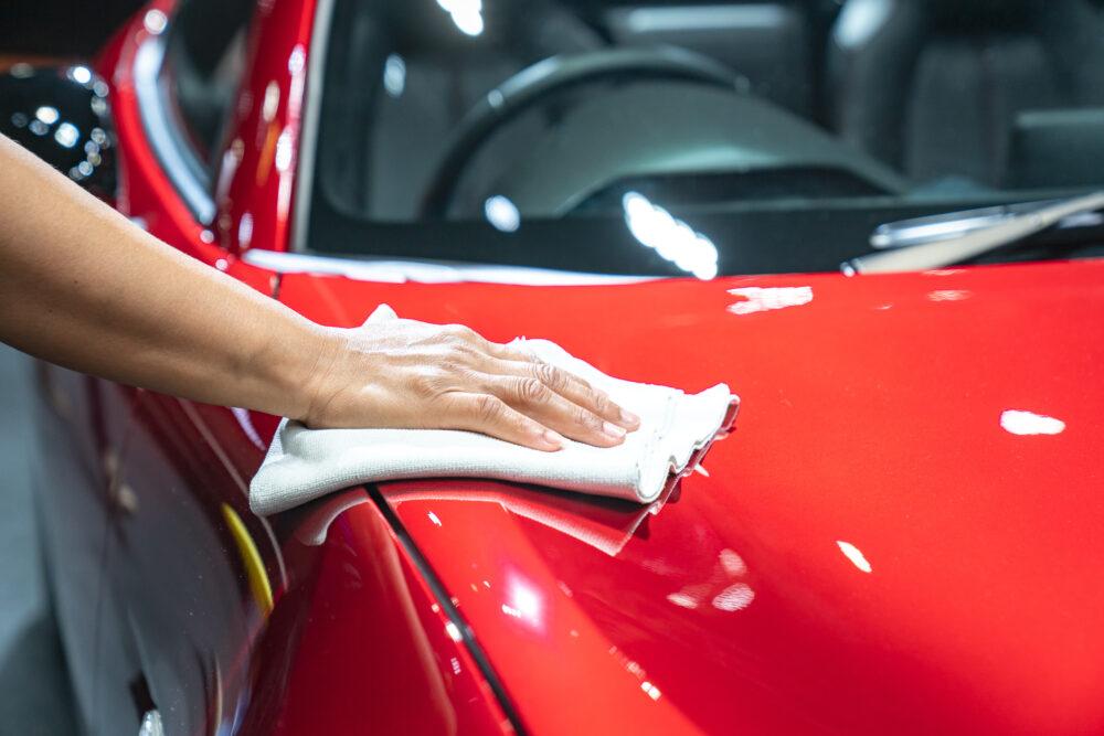車を磨く男性