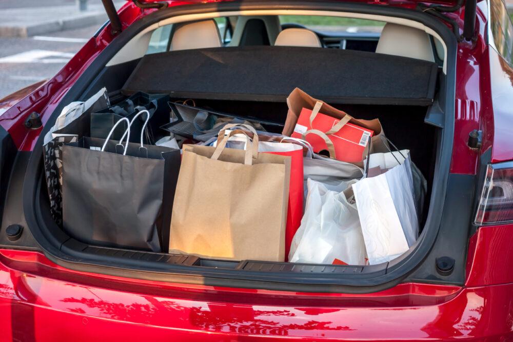 車のトランクに積まれたショッピングバッグ