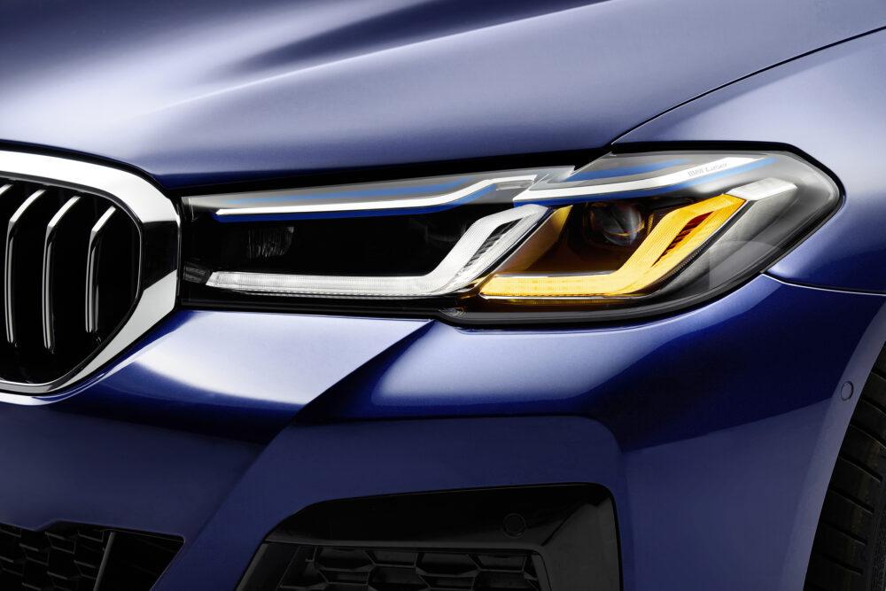 マイナーチェンジした新型BMW 5シリーズ、ブルーメタリックのボディカラーのヘッドライト周り