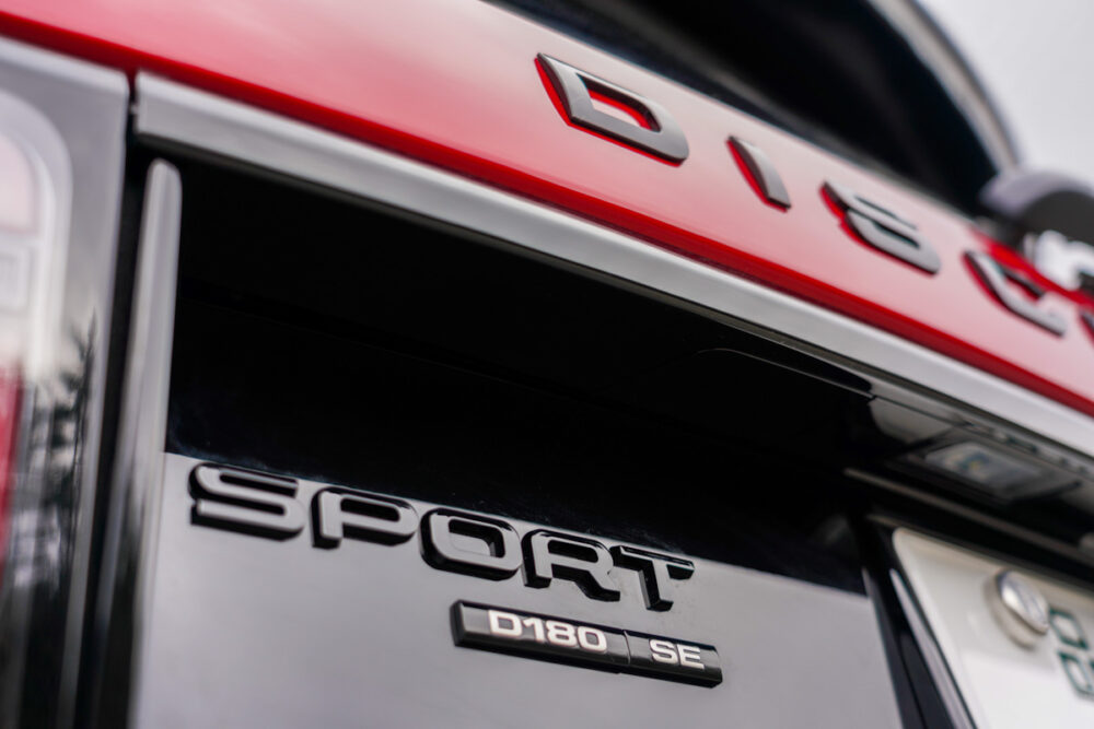 新型ランドローバー ディスカバリー スポーツ Rダイナミック D180 2020年モデル 「スポーツ」のバッジ