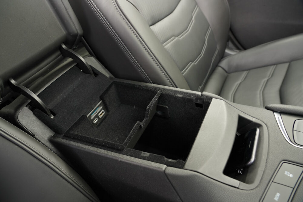 キャデラック XT6 ナイトクルーズ エディション センターコンソールボックスを開けたところ