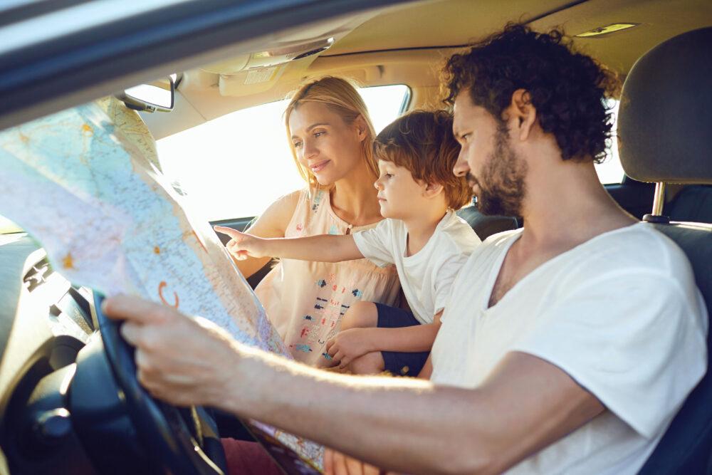 夏の車の中の家族