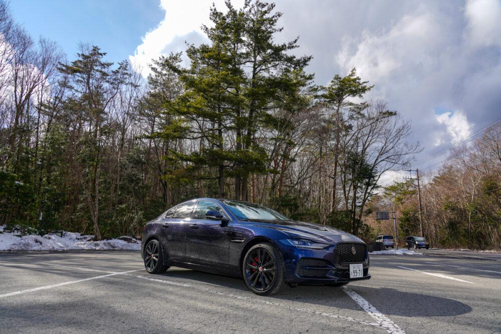 富岳風穴の駐車場にて撮影した新型ジャガー XE 2020年モデル