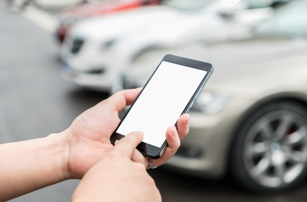 車とスマートフォン