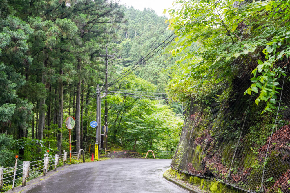 日原鍾乳洞までの細い山道