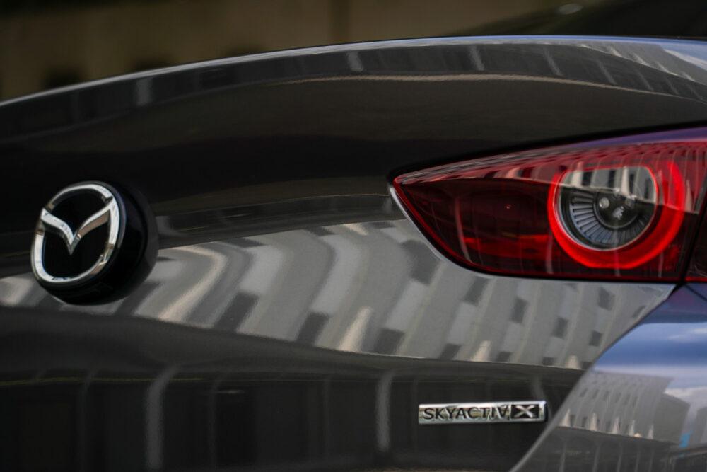 マツダ3 セダン X Lパッケージ リアエンド。スカイアクティブxのバッジ