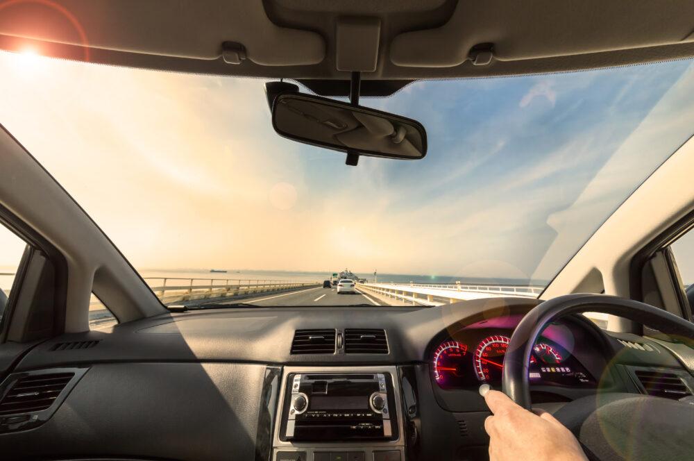 海の上の高速を走る車からの眺め