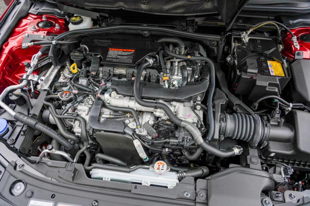 マツダ3 スカイアクティブX エンジンルーム エンジンカバーを開けたところ