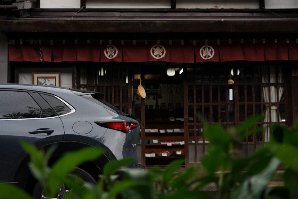 奈良井宿で撮影したマツダCX-30 リアクォーター