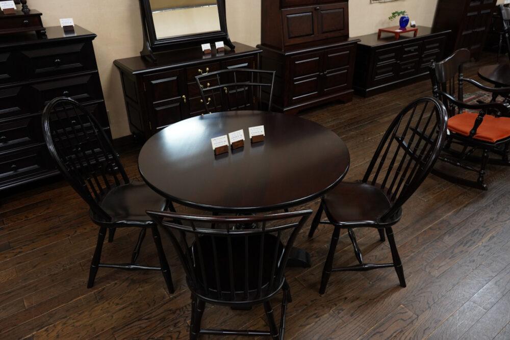 松本民芸家具ショールーム テーブルと椅子