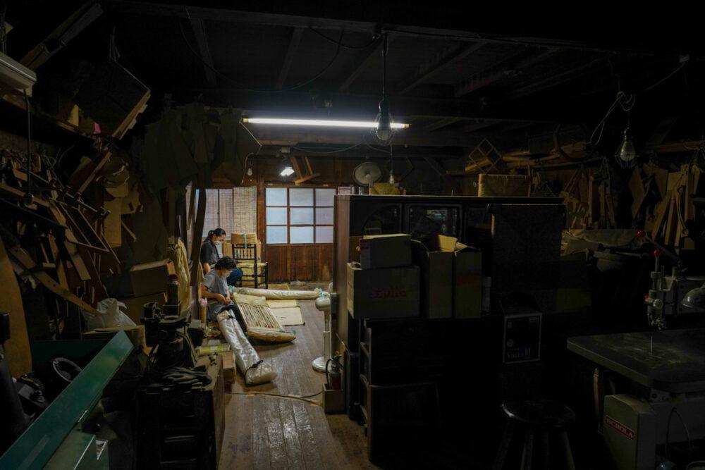 松本民芸家具工房内 ラッシチェアの座面を編む