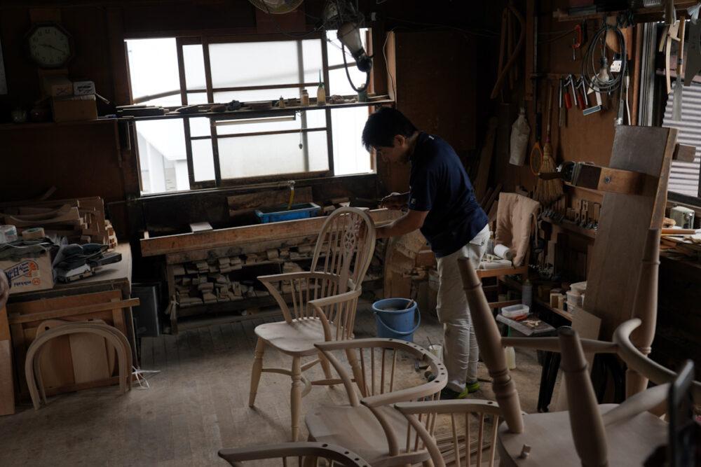 松本民芸家具工房で#44型ウィンザーチェアをつくる職人