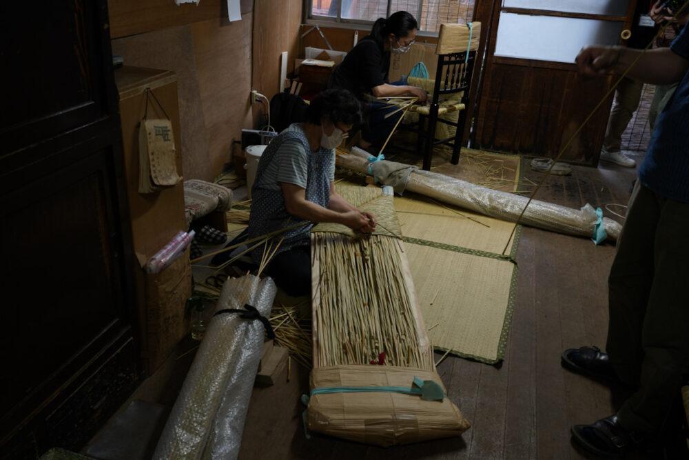 ラッシチェアの座面を編む職人