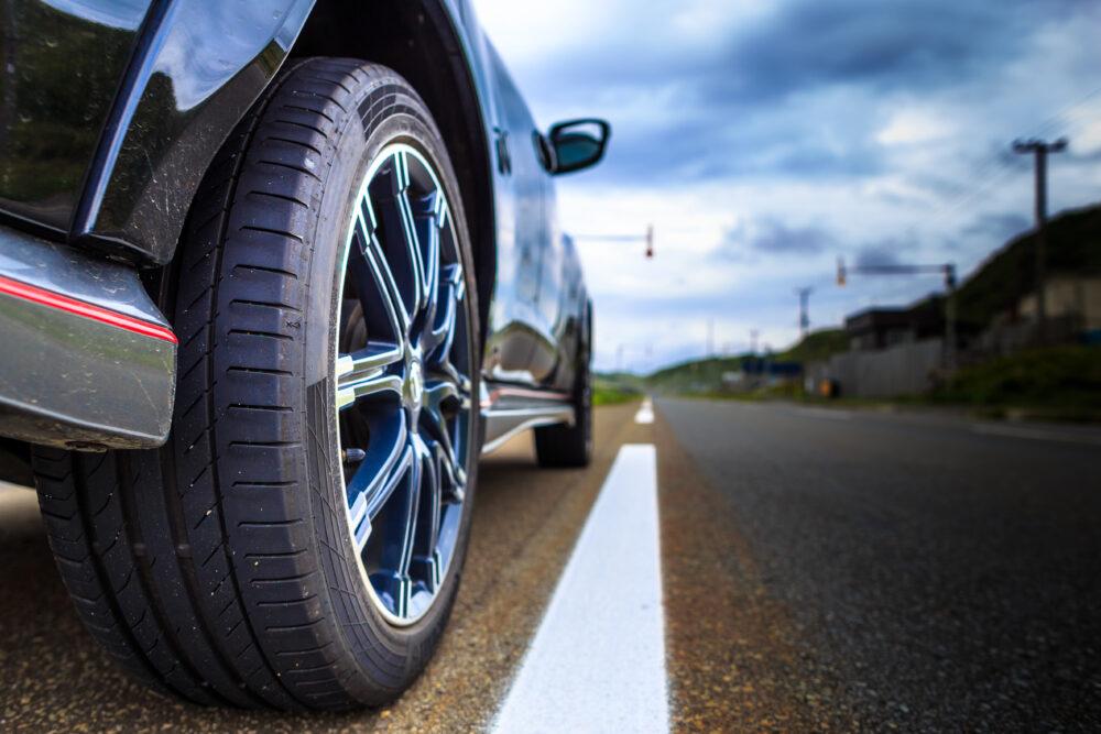 道を走る車のタイヤ