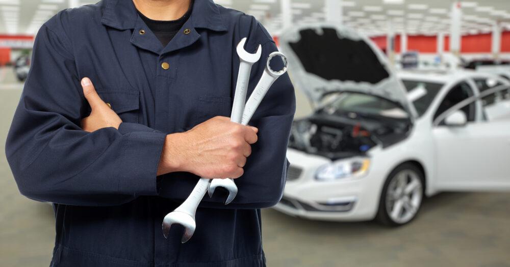 腕を組む自動車修理工