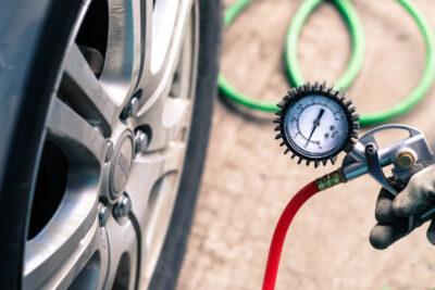 タイヤの空気圧のチェック方法!高速道路も空気圧を高くしなくてもいい?