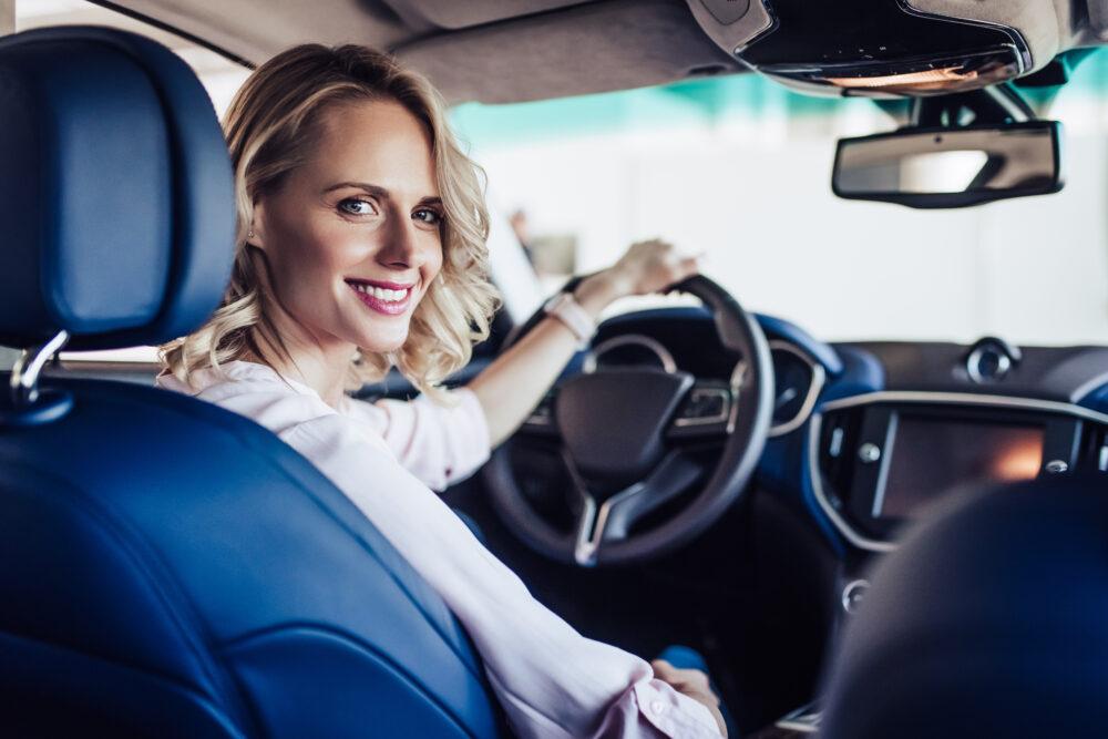 車内で笑顔の女性