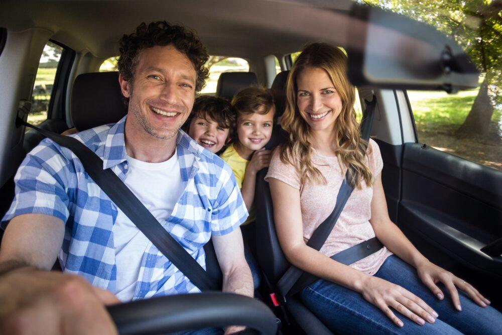 車内で笑顔の家族
