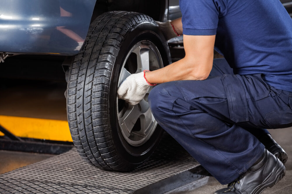 タイヤの修理を行う男性