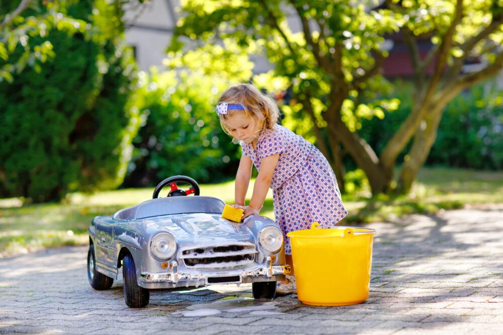 おもちゃの車を洗う幼児