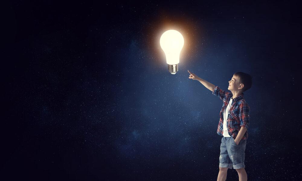 電球と子ども