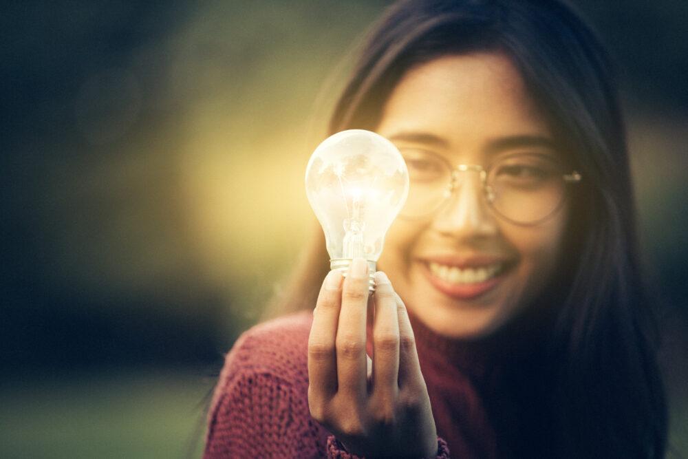 電球を持つ若い女性