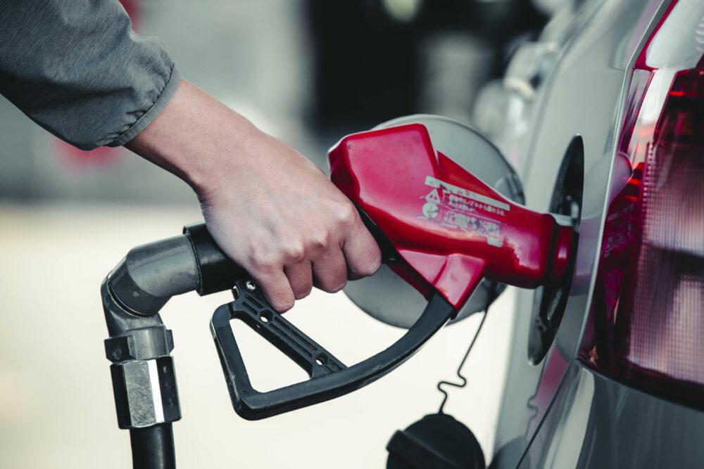 ガソリンを給油している画像