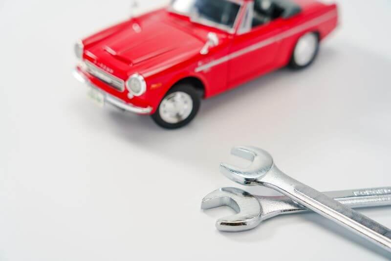 おもちゃの車と工具