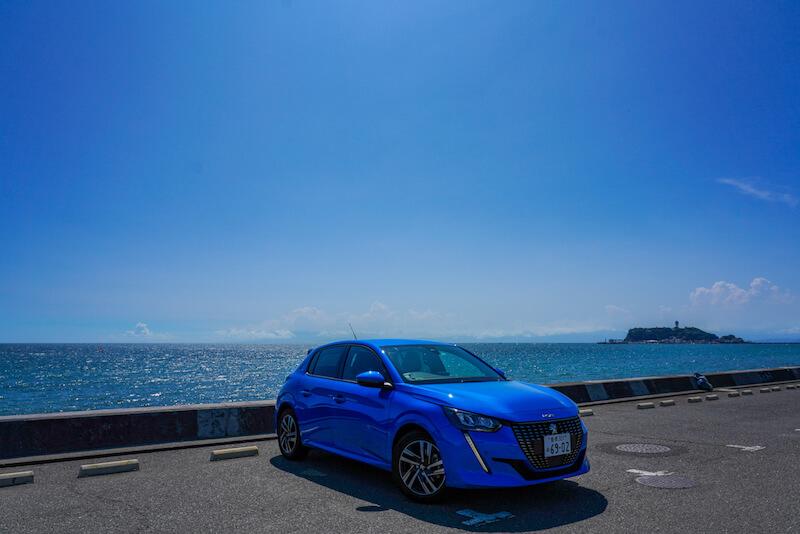 青いプジョー208と青い海、青い空