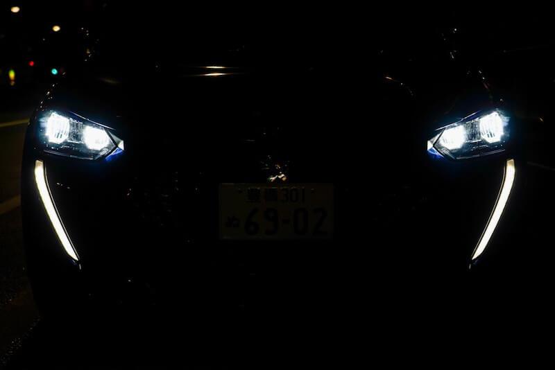 プジョー 208 Allure 夜間のフロントライト点灯状態「ライオンの牙」のLEDデイタイムランプ