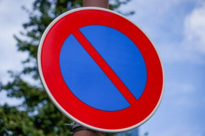駐車禁止標識の意味、範囲とは?駐停車禁止との違いから罰則まで