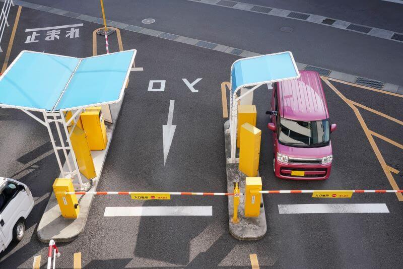 駐車場の出入り口に止まる車