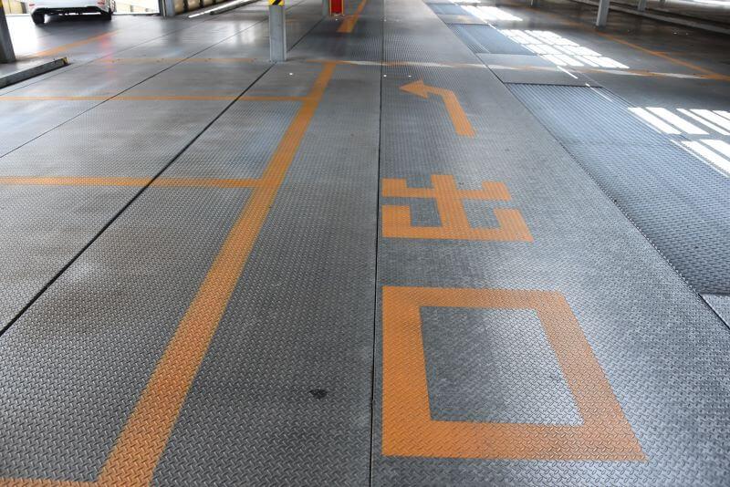 駐車場床面に書かれた出口案内