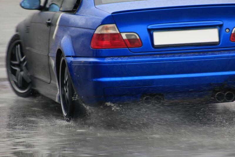 水しぶきを飛ばして走る車