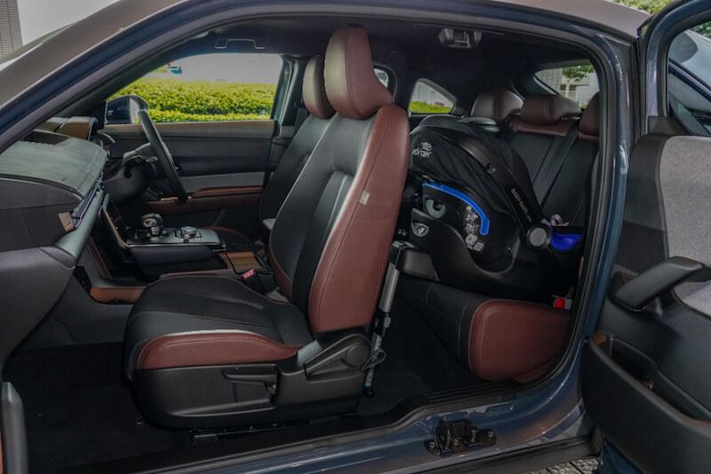 マツダ MX-30 ブラウン系キャビン内 ベビーシート着用時