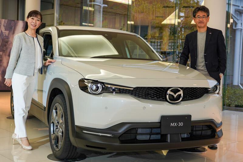 マツダMX-30と左;開発主査の竹内都美子氏、右:チーフデザイナーの松田陽一氏