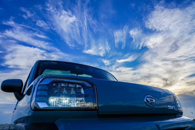 ダイハツ タフト フロント 青空を背景