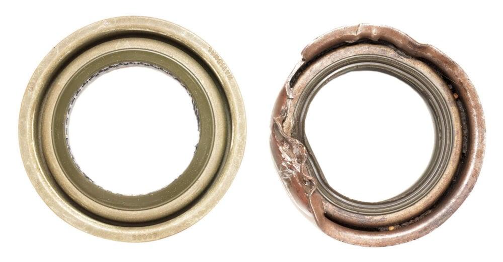 左が正常なオイルシール。劣化すると右のようになり、密閉性が損なわれ、オイル漏れの原因になることも。
