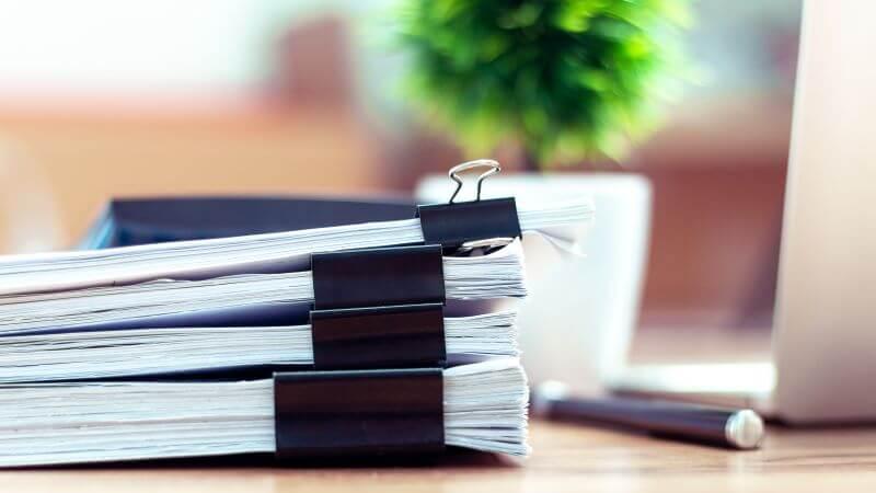 机上の書類の束
