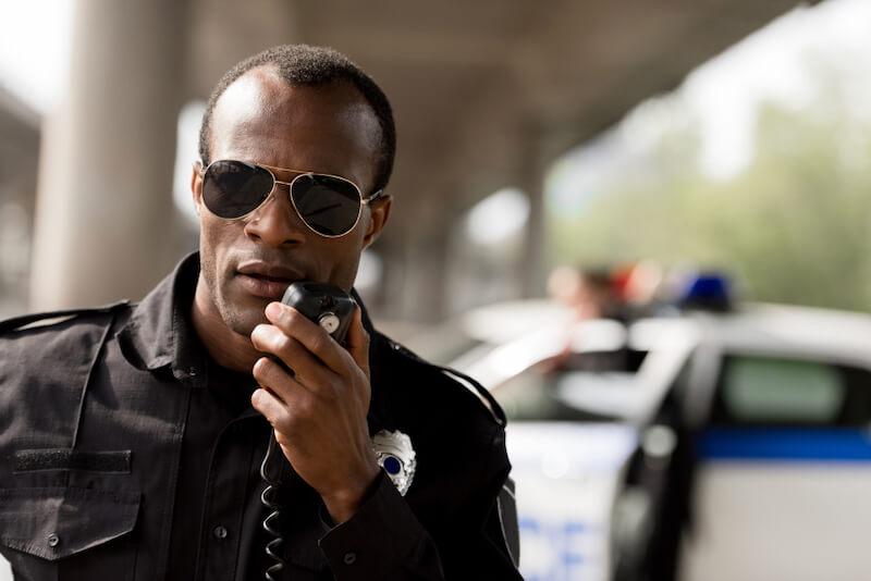 交通違反を取り締まる警察官(イメージ)