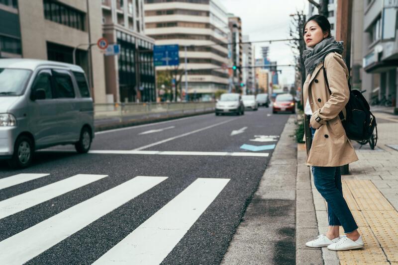横断歩道を渡ろうとする女性(イメージ)
