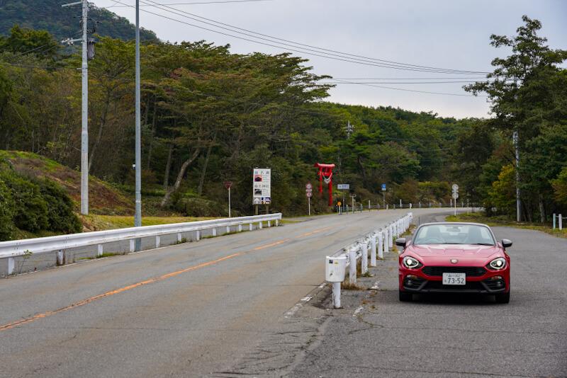 秋名山ダウンヒルスタート地点に停まるアバルト 124スパイダー