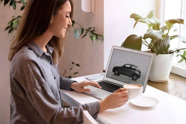 車を購入する女性