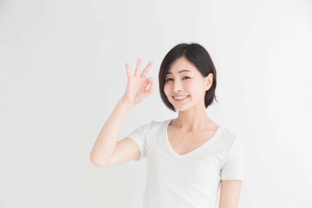 白Tシャツを着た女性