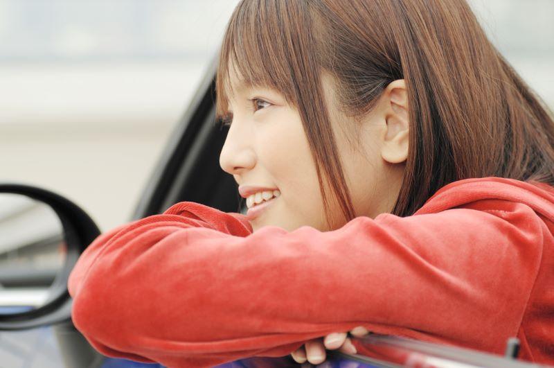 車から外を眺める女性