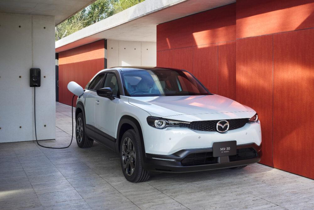 給電中のマツダ MX-30 EV